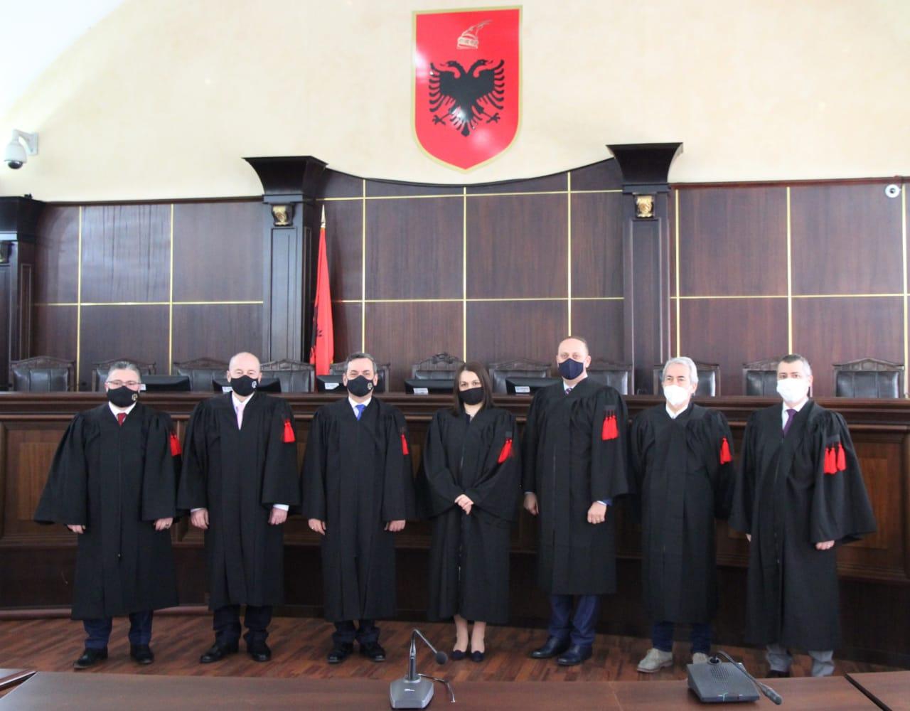 Në Gjykatën e Lartë të Republikës së Shqipërisë është zhvilluar të mërkurën ceremonia mirëseardhjes dhe fillimit të detyrës së katër anëtarëve më të rinj të trupës gjyqësore, gjyqtarëve Sokol Binaj, Albana Boksi, Sandër Simoni dhe Klodian Kurushi.