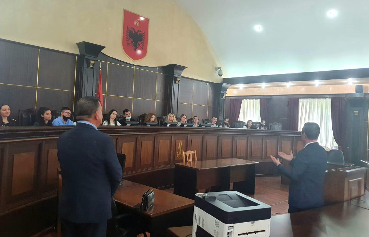 """Një grup studentësh të fakultetit të drejtësisë të Universitetit """"Luarasi"""", kanë vizituar të hënën Gjykatën e Lartë"""