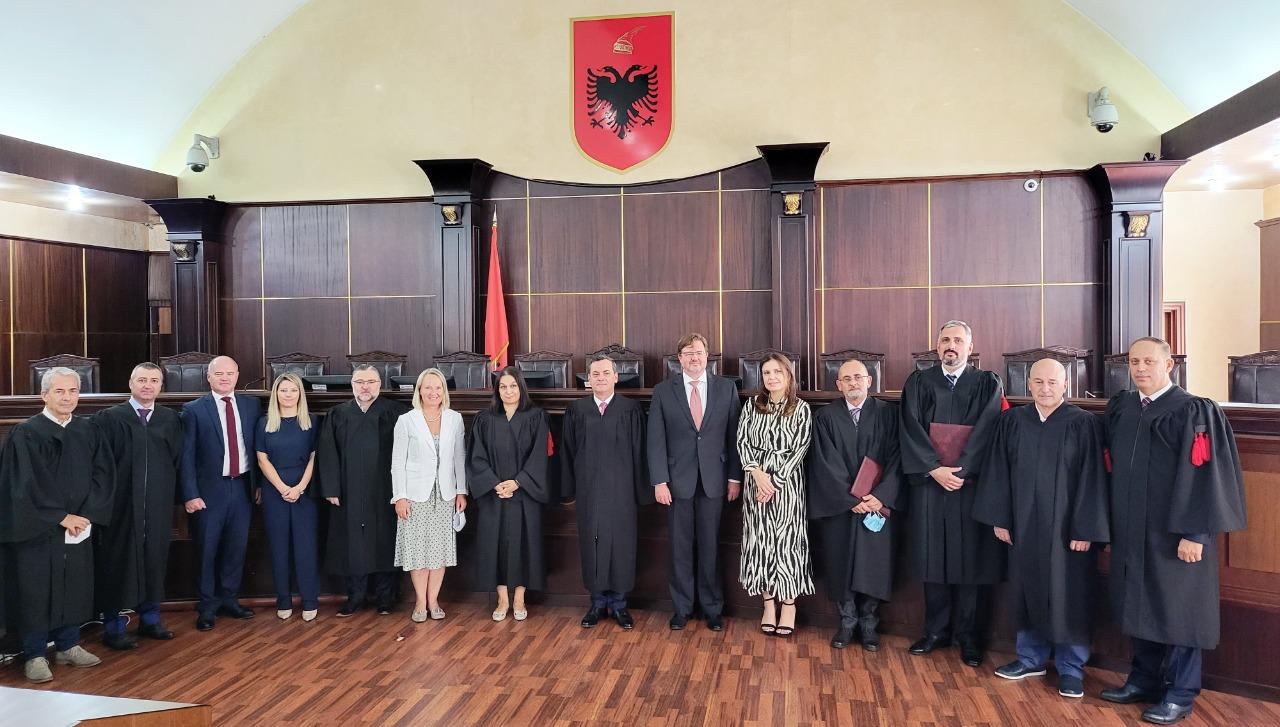 Në Gjykatën e Lartë të Republikës së Shqipërisë është zhvilluar të premten ceremonia e mirëseardhjes dhe fillimit të detyrës së dy anëtarëve më të rinj të trupës gjyqësore, gjyqtarëve Artur Kalaja dhe Asim Vokshi.